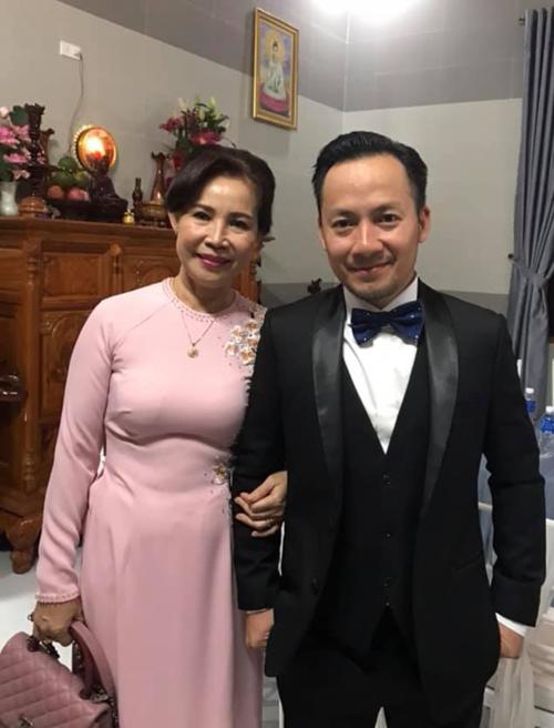 Mẹ Tiến Đạt mặc áo dài hồng trong đám cưới con trai.