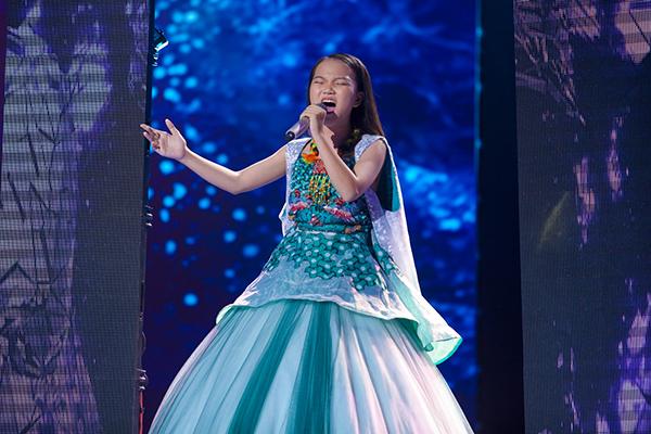 Cô bé dân ca xứ Nghệ thể hiện bản lĩnh trên sân khấu chung kết.