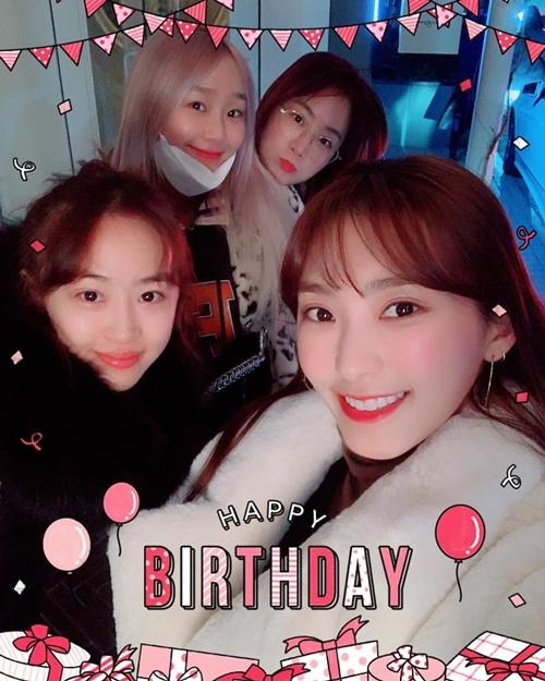 Các thành viên Sistar tụ tập đông đủ mừng sinh nhật Bora.