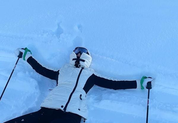 Krystal nằm thẳng cẳng trên tuyết sau một cú ngã. Cô nàng che chắn kỹ lưỡng, chỉ để lộ... cái mũi.