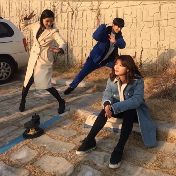 Kim Yoo Jung ngồi mơ màng diễn sâu trong khi hai bạn diễn nhiệt tình tạo dáng lầy lội.