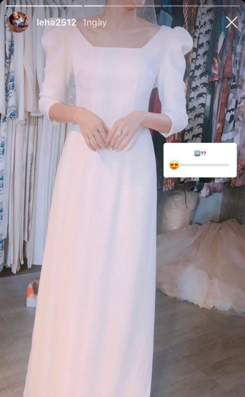 Cách đây 5 ngày, Lê Hà cũng khoe ảnh chuẩn bị trang phục cho lễ đính hôn.