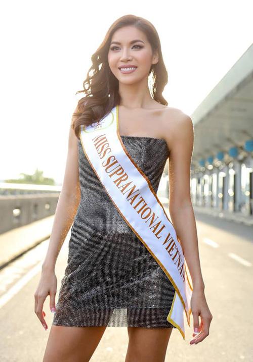 Nằm trong bộ sưu tập I am what I am của NTK Chung Thanh Phong, chiếc đầm quây ôm dáng với chất liệu lưới nhũ đặc biệt đang là thiết kế đắt khách nhất Vbiz. Là nàng thơ của Chung Thanh Phong, Minh Tú cũng là mỹ nhân đầu tiên diện bộ váy này khi ra sân bay lên đường sang Thái Lan thi Miss Supranational 2018.