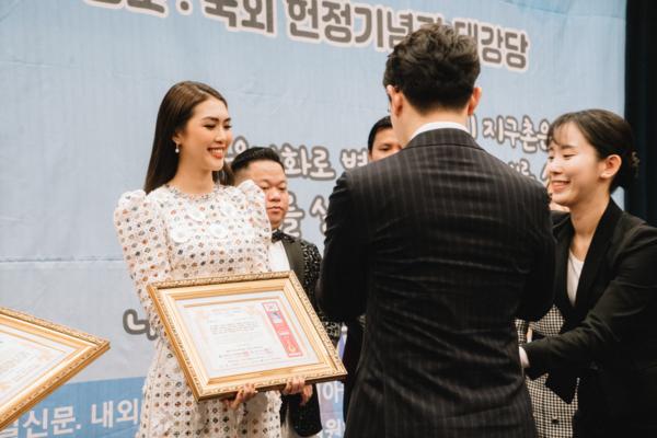 Tường Linh trên sân khấu nhận giải.
