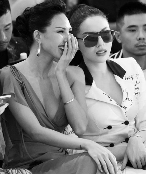 Giữa tin đồn yêu đồng tính, Minh Triệu và Kỳ Duyên bị soi đeo vòng tay đôi. Hai người đẹp thường xuyên xuất hiện với chiếc vòng Love của hãng Cartier.Chiếc vòng với nguồn cảm hứng từ vòng đai trinh tiết đã trở thành một biểu tượng cho vẻ đẹp cổ điển và quý phái. Vòng tay Cartier Love cònmang ý nghĩa thể hiện sự cam kết trong tình yêu giữa hai người.
