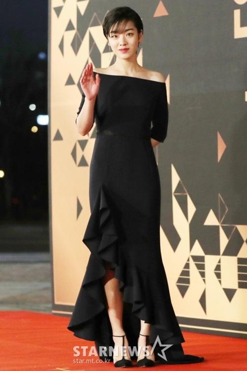 Lee Joo Young đẹp thanh lịch với mẫu váy đen trễ vai.