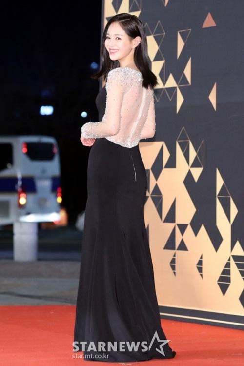Lee Young Ae khoe thân hình đồng hồ cát nhưng trang phục không hề hở hang quá đà.