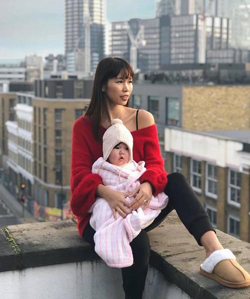 Hà Anh và con gái lần đầu đón năm mới ở London.
