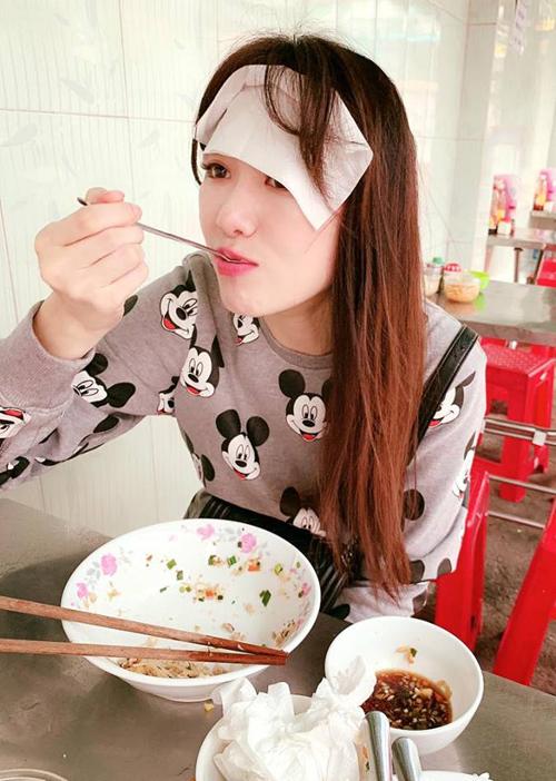Hari Won ăn uống bất chấp hình tượng, bị ông xã Trấn Thành lập tức chụp khoảnh khắc dìm hàng.