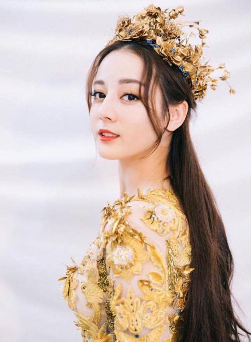 Địch Lệ Nhiệt Ba đoạt giải Thị hậu Kim Ưng nhưng mất lòng đông đảo công chúng.