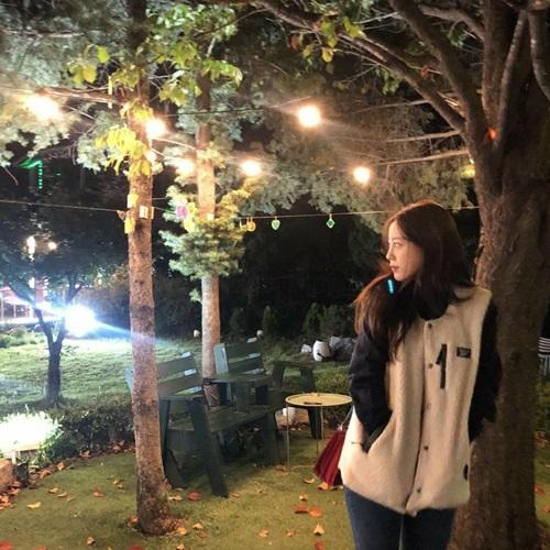 Cựu thành viên T-ara Young Ji có một buổi tối khá lãng mạn dưới dàn đèn ấm áp, hòa mình vào thiên nhiên.