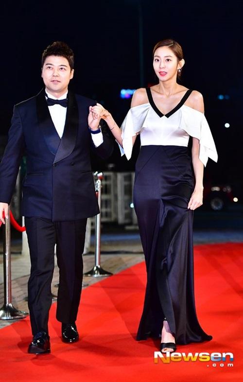 Uee và Jun Hyung Moo là cặp đôi MC của chương trình. Nữ ca sĩ, diễn viên có chiều cao quá nổi trội. Uee ngày càng gầy gò, gương mặt khác lạ vì phẫu thuật thẩm mỹ.