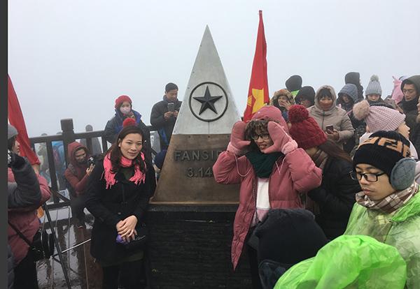 Cảnh tượng chen chúc để pose hình giữa thời tiết lạnh căm căm trên đỉnh núi cao 3.143m.