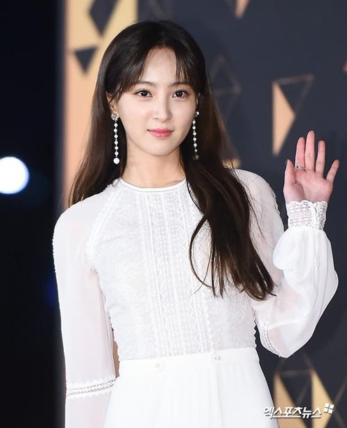 Jung Hye Sung ghi điểm bởi nét đẹp trong sáng, trang phục kín đáo nhưng vẫn quyến rũ.