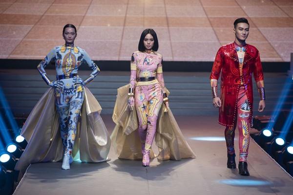 Mạc Trung Kiên và hai thí sinh nữ trong đêm chung kết.