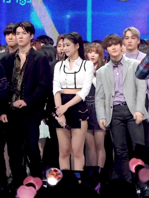 Tất nhiên, Kai cũng khó mà vui vẻ được khi bạn gái mình đang đứng gần Se Hun và Su Ho.