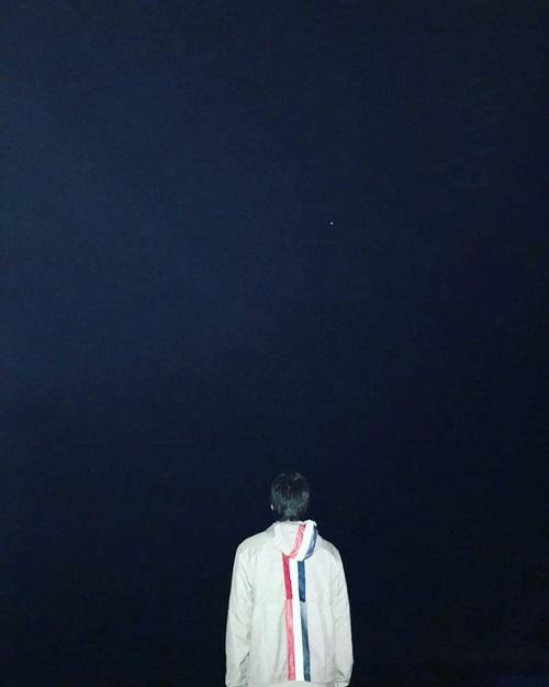 Kai (EXO) gửi lời chúc mừng năm mới nhưng bức ảnh khá tâm trạng, cô đơn.