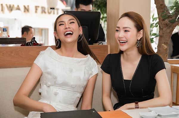 Cả hai thoải mái trả lời những thắc mắc của truyền thông về kết quả cuộc thi. Khi Minh Hằng tiết lộ kế hoạch 2019 sẽ làm NSX phim điện ảnh, Võ Hoàng Yến còn đùa vui muốn xin một vai ác trong đó. Cả hai còn có hành động đập tay vô cùng thân thiết.