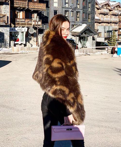 Những thiết kế khăn choàng lông quý phái cũng được Hà Hồ sắm sửa nhiệt tình.