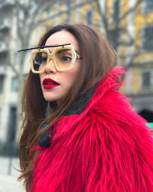Chiếc áo lông dài màu hồng rực này được bán với giá khoảng 100 triệu đồng.