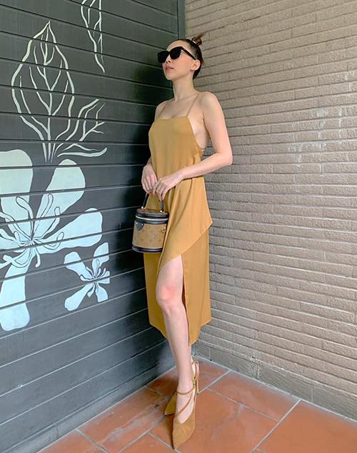 Tóc Tiên khoe ngực đầy sexy với chiếc váy hai dây lả lơi kết hợp túi Louis Vuitton.