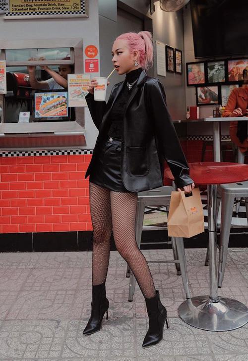 Phí Phương Anh chưa bao giờ gây nhàm chán với street style. Trang phục của cô nàng là cả cây đen nhưng vẫn toát lên vẻ ngổ ngáo bắt mắt.
