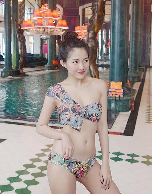 Giữa thời tiết rét buốt của Sapa, Kiều Trinh gây choáng khi khoe hình diện bikini gợi cảm đi bơi.