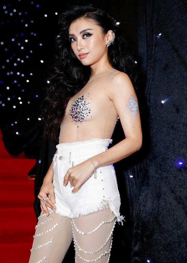 <p> Tiêu Châu Như Quỳnh thừa nhận cố tình gây sốc trên thảm đỏ để tạo sự chú ý khi diện trang phục hở hang từ đầu đến chân và chỉ che chắn những chỗ nhạy cảm.</p>