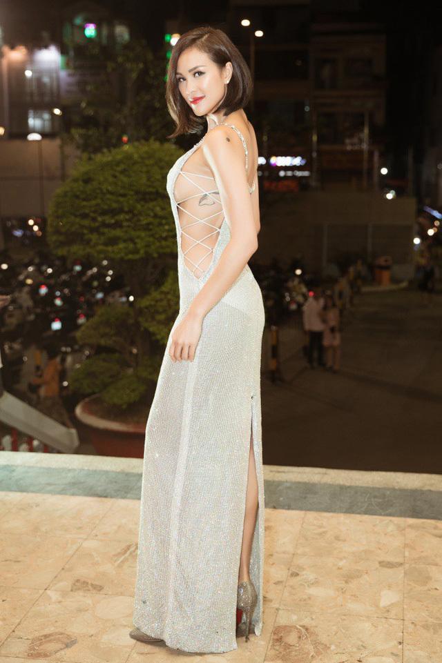 """<p> Phương Mai """"thả rông vòng một"""" với mẫu váy dây đan hở bạo. Người đẹp cũng nổi tiếng với style sexy, táo bạo.</p>"""