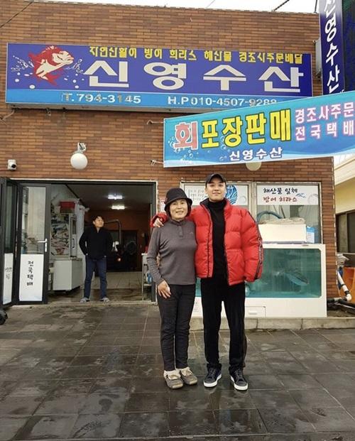 Nam ca sĩ Seung Ri bận rộn ở đảo Jeju dù đang trong dịp nghỉ lễ.
