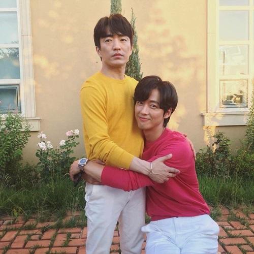 Nam Goong Min (áo hồng) bỗng điệu đà, e ấp bên bạn diễn.