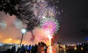 Bạn trẻ Đà Nẵng đội mưa xem pháo hoa ngày đầu năm