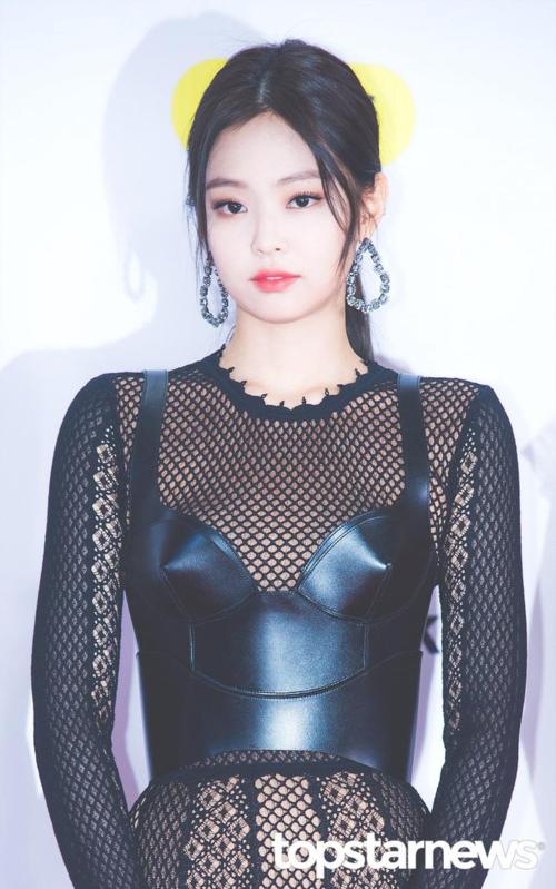 Trong dàn mỹ nhân Kpop thế hệ ba, Jennie có thể không phải là người xinh đẹp kiều diễm như Irene, Ji Soo, Tzuyu nhưng cô nàng lại có gương mặt cá tính cùng thần thái cuốn hút khác biệt.