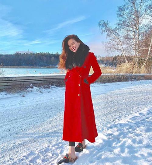 Hà Hồ diện áo khoác dạ dài che kín người kết hợp khăn choàng cổ lông để giữ ấm cơ thể khi đi du lịch châu Âu.