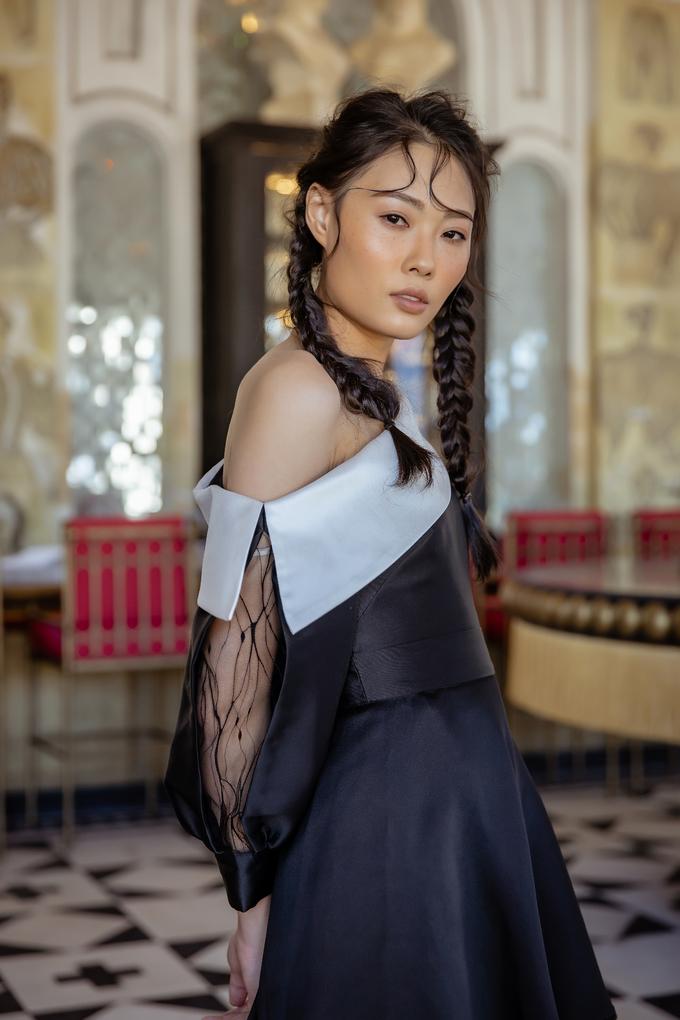<p> Các kiểu váy trong bộ sưu tập chủ yếu là dáng xòe mềm mại với điểm nhấn là phần cổ to bản, giống như những chiếc khăn của người dân tộc. Theo Hà Duy, sự pha trộn giữa chất liệu cứng và mềm, lưới và lụa cứng, màu trắng và đen... thể hiện sự đối lập mạnh mẽ.</p>