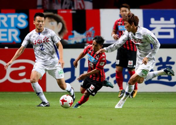 Messi Thái Lan Chanathip Songkrasin(số 18) chơi cực hay ở J.League nhưng không có tên trong danh sách đề cử cầu thủ hay nhất châu lục. Ảnh: Siam Sport.