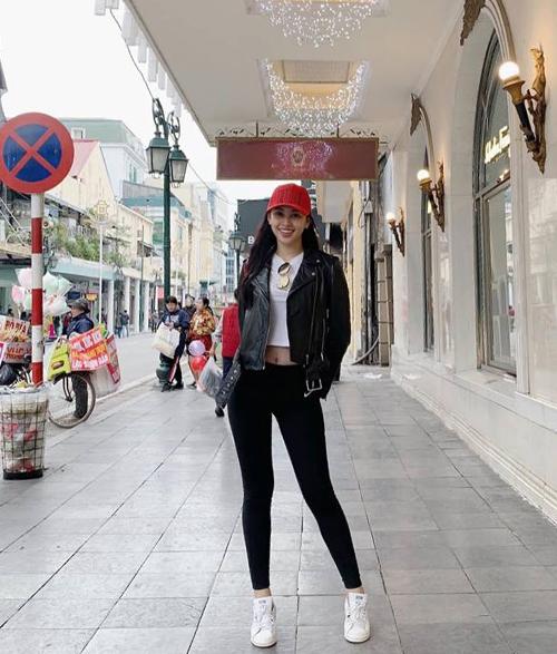 Trong khi nhiều người phải diện tầng lớp áo phao để chống rét, Hoa hậu Tiểu Vy vẫn vô tư mặc croptop khoe eo, đi kèm áo khoác da mỏng nhẹ chẳng khác gì đi dạo Hà Nội giữa trời thu mát mẻ.