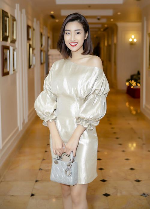 Thời tiết Hà Nội 9 độ C rét buốt không phải là thách thức với Đỗ Mỹ Linh vì cô nàng vẫn rất tươi tắn trong bộ váy ngắn lệch vai gợi cảm.