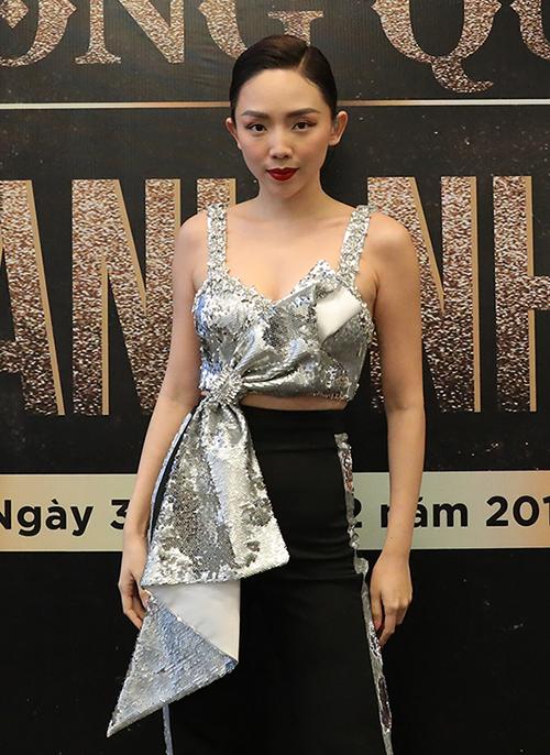 Trong một sự kiện vừa diễn ra ở Hà Nội trong đợt rét kỷ lục, Tóc Tiên chịu khó mặc croptop khoe ngực khi xuất hiện.