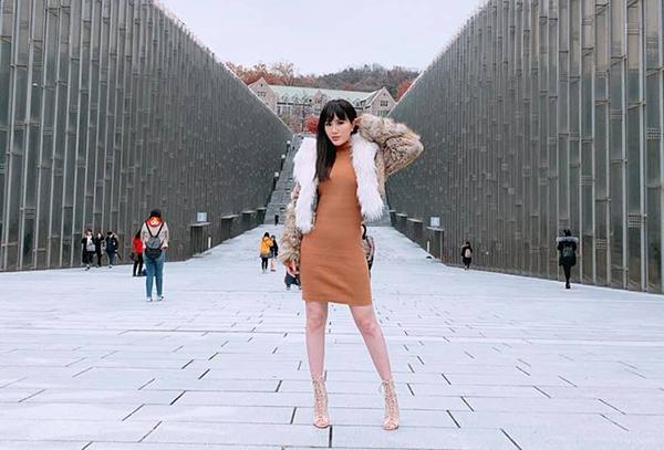 Khả năng chịu lạnh của nữ ca sĩ còn được thể hiện bằng bộ cánh khoe chân trần trong chuyến du lịch Hàn Quốc mới đây, với điều kiện thời tiết cũng gần chạm mốc 0 độ C.