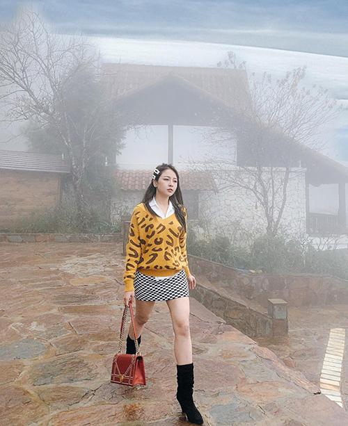 Giữa Sapa mây mù rét mướt, Trâm Anh chẳng khác gì siêu nhân với chiếc áo len mỏng, váy ngắn cũn khoe chân trần gợi cảm.