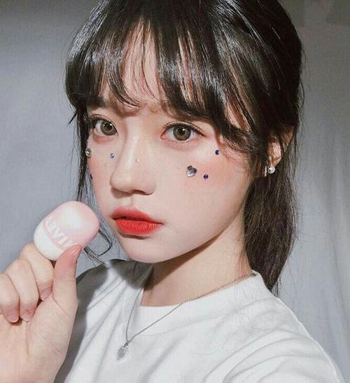 Cách làm đẹp giúp gương mặt trông thêm phần đáng yêu, ngây thơ này không chỉ chinh phục con gái châu Á mà còn được các cô gái Tây yêu thích.
