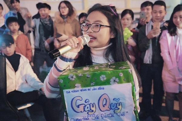 Phương Mỹ Chi hát gây quỹ từ thiện trên phố.