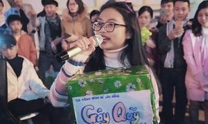 Phương Mỹ Chi ngẫu hứng hát trên phố Đà Lạt