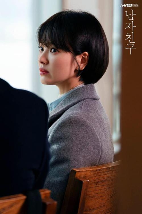 Kể từ khi Song Hye Kyo cắt tóc ngắn cho hình tượng CEO thành đạt trong bộ phim Encounter, rất nhiều ý kiến tranh cãi xung quanh nhan sắc người đẹp này. Đối với nhiều khán giả, họ vẫn thích cô để tóc dài truyền thống hơn là kiểu tóc siêu ngắn có phần cứng nhắc và kém sang này.