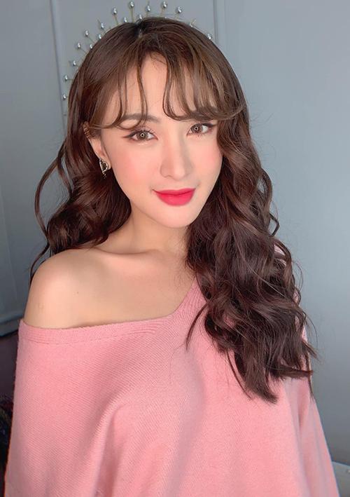 Kelly Nguyễn xinh như búp bê với cách trang điểm tông hồng.