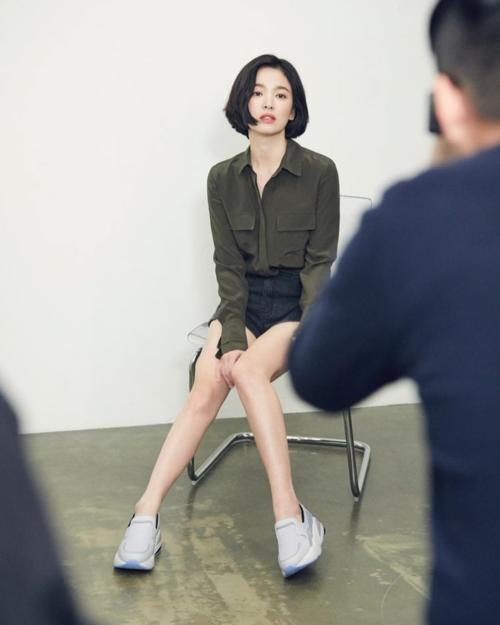 Trong những tấm hình hậu trường, Song Hye Kyo cũng cho thấy cô đã giảm cân đáng kể. Trong tứ đại mỹ nhâncùng lứa như Jeon Ji Hyun, Kim Tae Hee, Son Ye Jin..., mỹ nhân họ Song nàyvẫn duy trì phong độ nhan sắc ấn tượng.