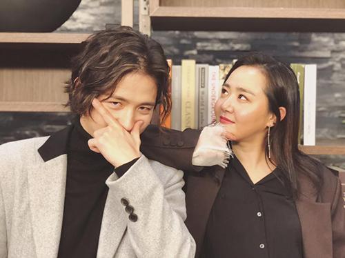 Moon Geun Young (bên phải) đọ độ cool ngầu với bạn diễn Kim Hye Sung.