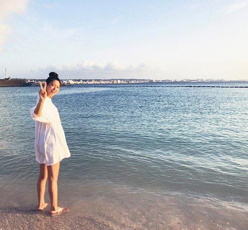 Seol Hyun đăng ảnh mừng sinh nhật. Cô nàng đang quay show mới ở thành phố gần biển, khí hậu ấm áp.
