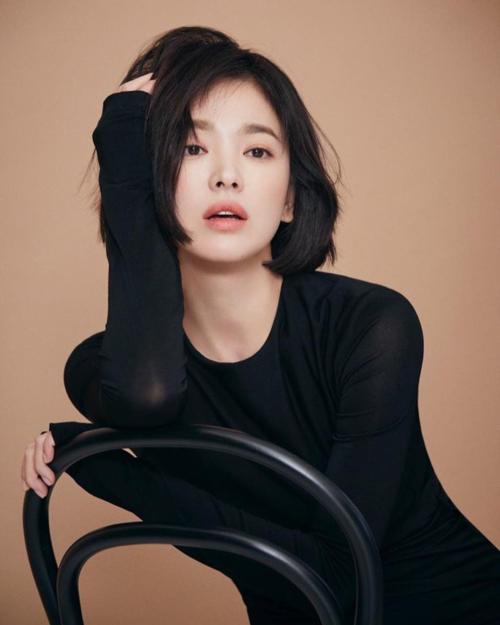 Mới đây, Song Hye Kyo thực hiện một bộ ảnh mới cho một nhãn hàng thời trang. Loạt ảnh này khiến các fan phải suy nghĩ lại về những ý kiến chê bai kiểu tóc của cô trước đó.